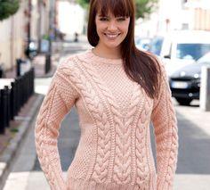 Ce pull à torsades femme est tricoté en ' Laine PARTNER 6', coloris poudre. Il dispose  d'un col en V au point de blé, de torsades pour le côté ceintré, et de côtes 2/2 pour les finitions. Modèle du Livre tricot N°837 : Tricot créatif