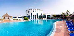 Hyvätasoinen lapsiperheiden mieleen oleva Sandos Papagayo Beach Resort sijaitsee Playa Blancan keskustan ulkopuolella, vain pienen kävelyetäisyyden päässä kauniilta Papagayon rannalta. Vesipedot nauttivat kolmesta uima-altaasta ja kahdesta lastenaltaasta. #Lanzarote