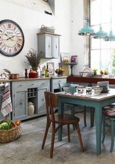 cuisine shabby chic avec suspensions turquoises et table en bois