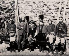 einstein-with-the-hopi.jpg Albert Einstein Sports a Native American Headdress and a Peace Pipe at the Grand Canyon, 1931 Native American Headdress, Native American Tribes, Native American History, Rare Historical Photos, Rare Photos, Photos Du, Vintage Photos, Vintage Photographs, Rare Images