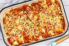 Enchiladas met gehakt - Mexicaans recept   SmaakMenutie Tortilla Pizza, Tortilla Wraps, Mexican Food Recipes, Dinner Recipes, Healthy Recipes, Ethnic Recipes, Pizza Wraps, Tex Mex, Good Food