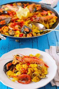 Paella de marisco, Check the recipe at this website (in spanish with step by… Seafood Dishes, Seafood Recipes, Cooking Recipes, Healthy Recipes, Spanish Dinner, Best Spanish Food, Rice Dishes, Mediterranean Recipes, Couscous