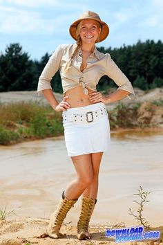 Girls in mud   heller Cordrock, beige Bluse, beige Schnürsteifel, Tropenhelm