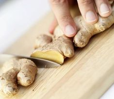 Live In Art: Homemade Ginger Oil - Home remedies - Health Essential Oils For Nausea, Ginger Essential Oil, Health Benefits Of Ginger, Coconut Benefits, Ginger Oil For Hair, Ginger Plant, Natural Kitchen, Cough Remedies, Herbal Remedies
