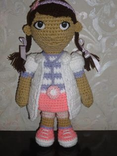 Doctora Juguetes (Doc McStuffins Amigurum) - Free pattern in Spanish (See my Crochet Stitches board for Spanish Crochet Conversion to English) Crochet Doll Pattern, Crochet Dolls, Crochet Patterns, Crochet Stitches, Amigurumi Doll, Amigurumi Patterns, Dolly World, Crochet Gratis, Love Crochet