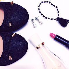 Mis accesorios para mañana  que tengo una cita importante. Deseadme suerte !   Bona nit !   #outfit #lifestyle #vlogger #barcelona #flatlay #otd #moda