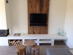 Oude eiken planken als achterwand met daar achter verlichting geplaatst, tevens tv meubel erbij gemaakt voor de mooiste afwerking.