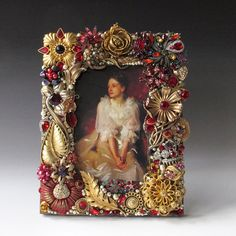 Ruby Red and Gold Vintage Jewelry Picture Frame for 4 x 6 Image Costume Jewelry Crafts, Vintage Jewelry Crafts, Recycled Jewelry, Jewelry Frames, Jewelry Tree, Old Jewelry, Vintage Picture Frames, Button Art, Vintage Costumes