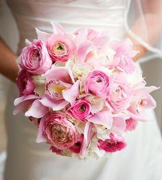 Bruidsboeket met roze ranonkels en orchideeën