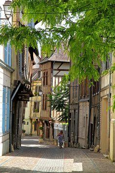 Les ruelles pavées avec les pans de bois à Troyes, France région Champagne-Ardenne