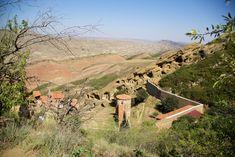 Du haut de la colline surplombant le monastère Lavra avec les montagnes de Géorgie en second plan Georgia, David, Grand Canyon, Nature, Travel, Mountains, Pathways, Top, Caves