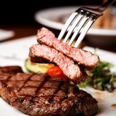 Pravý hovězí biftek - jak na to? - Vaření.cz Best Chefs Knife, Sirloin Roast, Cooking Black Beans, Professional Chef, Chef Knife, Food 52, Lentils, Steak, Dinner