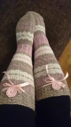 """""""Kolmen langan sukat"""" Sukkiin riittää yksi kerä kutakin väriä ja jokaista jää vielä ylikin. Kuvioiden ohjeet on ruutupiirroksina se..."""