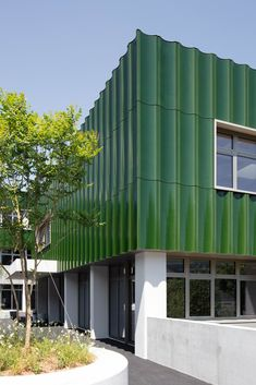 In the course of the complete renovation, the building was completely gutted, the Colour Architecture, Architecture Panel, Commercial Architecture, Beautiful Architecture, Building Exterior, Building Facade, Green Building, Roof Design, Facade Design