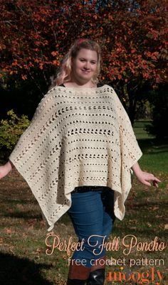 A free crochet pattern of a fall poncho. Do you also want to crochet this fall poncho? Read more about the Free Crochet Pattern Perfect Fall Poncho. Col Crochet, Crochet Cape, Crochet Jacket, Crochet Woman, Crochet Scarves, Crochet Clothes, Crochet Vests, Crochet Shirt, Crochet Sweaters