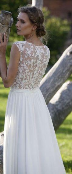 gefunden bei HAPPY BRAUTMODEN Brautkleid Hochzeitskleid Vintage Boho romantisch Lilurose fließender Rock Spitze tiefer Rücken