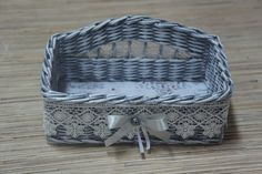 Zdjęcie Newspaper Basket, Newspaper Crafts, Origami Box Tutorial, Paper Weaving, Art N Craft, Wicker Furniture, Diy Organization, Basket Weaving, Wicker Baskets