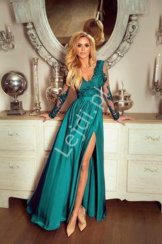 Długa wieczorowa sukienka w kolorze szmaragdowym z rozcięciem seksownie ukazującym nogę. Sukienka z górą obszytą gipiurową koronką z odcięciem w pasie podkreślającym talię i luźno puszczonym jedwabistym dołem. Long evening dress in emerald color with a cut sexy showing the leg. Dress with a top trimmed with gipiurowa lace with a cut in the waist emphasizing the waist and loose silky bottom #suknia #dress #długasuknia #sukniawieczorowa #eveningdress www.lejdi.pl