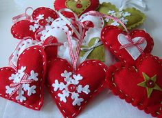 Darling felt Christmas hearts, or Valentines Christmas Gift Decorations, Felt Decorations, Felt Christmas Ornaments, Holiday Crafts, Handmade Decorations, Christmas Hearts, Christmas Makes, Christmas Holidays, Fete Ideas