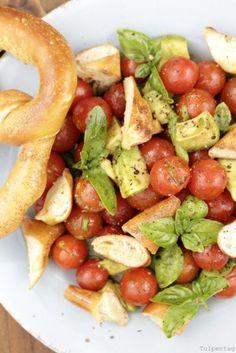 Brezel-Salat mit Tomaten, Avocado und Kürbiskernöl #vegetarisch #salat #rezept #brezelsalat