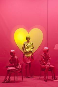 """Het hartje met de pompons centraal de rest wit/lichtroze. In hoever mogelijke met de etalage?? Moschino boutique a Milano, Via Sant'Andrea 12 – January 2012 window display Theme: """"Heart"""""""