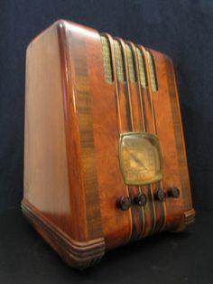 Vintage Old Emerson Ornate Depression Era Antique Ingraham Wood Case Radio Vintage Wood, Vintage Art, Vintage Items, Art Deco Design, Retro Design, Art Nouveau, Tvs, Music Machine, Old Time Radio