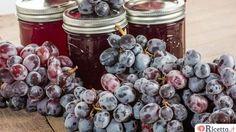 La marmellata di uva è una ricetta conosciuta ma che poche persone preparano in casa, solitamente infatti le confetture vengono preparate con altri frutti. Vediamo come prepararla in tre modi: classico, con il Bimby e secondo una ricetta tradizionale abruzzese. Marmellata d'uva Ingredienti: - 500 g di uva - 300 g di zucchero - il succo d