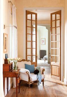 Pasillo clásico de techos altos. Puertas acristaladas.