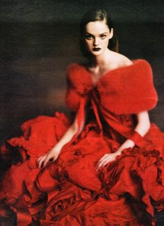 Lisa Cant in 'Ladies-in-Waiting' Photographer: Paolo Roversi Dress: Valentino Haute Couture F/W W Magazine October 2004 Paolo Roversi, I See Red, Mode Glamour, Lady In Waiting, Red Gowns, Red Fashion, High Fashion, Couture Fashion, Fashion Shoes