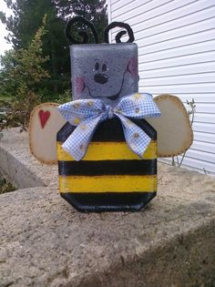 Cute bee Painted Pavers, Painted Bricks, Brick Crafts, Wood Block Crafts, Crafts To Do, Decor Crafts, Paver Blocks, Garden Pavers, Paver Stones