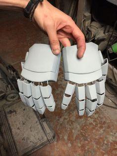 Iron man hands for cyrax i made using robo files in pepakura Halo Cosplay, Fnaf Cosplay, Iron Man Cosplay, Cosplay Diy, Best Cosplay, Iron Man Suit, Iron Man Armor, Pepakura Helmet, Pepakura Iron Man