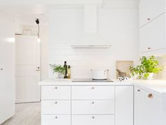 3 Simple Improvement Ideas For Your Kitchen Space – Home Dcorz Kitchen Dinning, Kitchen Decor, Room Kitchen, Dining Room, Kitchen Renovation Inspiration, L Shaped Kitchen, Swedish House, Shabby Chic Kitchen, Cuisines Design