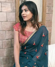 going to a party evening and dont now what tp suit you with your navy blue saree so here is the solution of your problem check out our Silk blouse designs. Saris Indios, Navy Blue Saree, Yellow Saree, Green Saree, Sari Bluse, Indische Sarees, Plain Saree, Tumblr Outfits, Designer Sarees