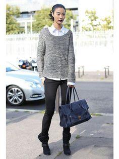 針織毛衣×白襯衫的搭配是風靡名模界的穿搭方式。利用黑色窄管褲來展現修長美腿更是名模私下最常見的基本款扮相。包包是「Proenza Schouler」單品。