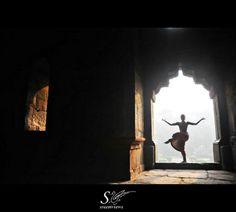 Nataraja-the Cosmic dancer Dance Photography Poses, Art Photography, Dance Photos, Dance Pictures, Kathak Dance, Indian Classical Dance, Dance Paintings, Nataraja, Silhouette Painting
