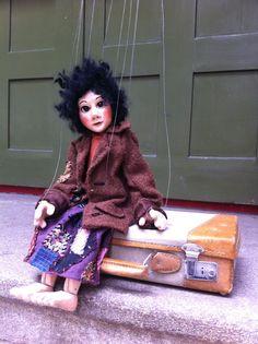 Auch kleine Künstler haben Allüren und so sitzt die kleine Momo ungeduldig vor dem Theater und wartet auf das Taxi.  #MomoAufReisen #4