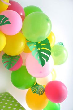 Decoration Hawai, Party Decoration, Tropical Party, Tropical Decor, Carnival Themes, Party Themes, Balloon Garland, Balloons, Hawaiian Theme