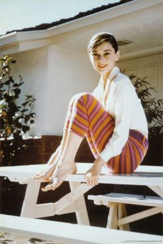 A wonderful candid portrait poster of beautiful Hollywood actress Audrey Hepburn sitting on a picnic table! We have a fantastic selection of Audrey Hepburn posters! Audrey Hepburn Outfit, Audrey Hepburn Feet, Audrey Hepburn Poster, Aubrey Hepburn, Fall Basics, Crisp White Shirt, White Shirts, Roman Holiday, Lana Turner