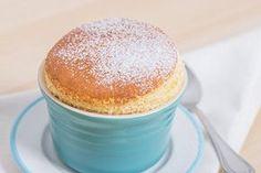 Para realizar un delicioso soufflé de vainilla, lo primero que hay que hacer es echar en un bol una cuarta parte de la leche, cinco cucharadas de azúcar y la harina. Batimos con unas varillas hasta que todos los ingredientes estén bien mezclados. ...