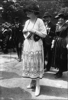 1918 Fashion, Edwardian Fashion, European Fashion, Fashion History, Vintage Fashion, Style Édouardien, Longchamp, Mode Vintage, Lace Skirt