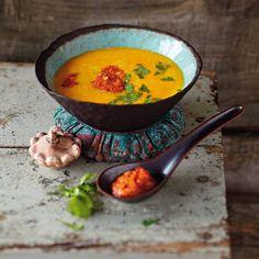 Kürbissuppe mit Harissa: In dieser Suppe sorgt die tunesische Würzpaste Harissa für angenehme Schärfe.
