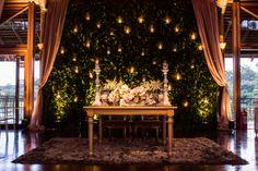 Mesa dos noivos com muro inglês com velas