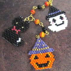 Halloween motifs-asian site but pattern clear. Halloween Beads, Halloween Earrings, Halloween Jewelry, Holiday Jewelry, Seed Bead Crafts, Beaded Crafts, Jewelry Crafts, Pony Bead Patterns, Jewelry Patterns