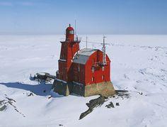 Faro Porkkala en la isla Kallbada del mar Baltico, golfo de Finlandia.