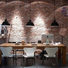 un mur en briques et suspensions industrielles