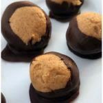 This Keto Buckeyes Chocolate and Peanut Butter Balls Recipe tops my list at one of my ABSOLUTE FAVORITE Fat Bomb recipes! Holy smokes they are delicious! Peanut Butter Buckeyes, Low Carb Peanut Butter, Peanut Butter Balls, Peanut Butter Recipes, Ketogenic Desserts, Low Carb Desserts, Keto Foods, Keto Snacks, Ketogenic Diet