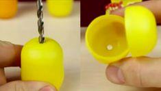 Kinder vajíčka jsou pro mnohé z nás oblíbenou pochoutkou z dětství. Uvnitř lahodné čokolády se skrývala pěkná hračka ve žlutém vajíčku. Toto video představuje několik praktických využití žlutých obalů uvnitř! Mohou sloužit pro uložení sluchátek, nebo jako pouzdro pro kartáček na zuby. Sledujte a ne