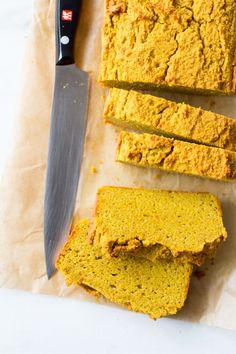 Dit lekkere paleo pompoenbrood bak je zelf, heerlijk van smaak, perfect van structuur. Niet alleen lekker met beleg, maar ook zo als koolhydraatarme snack!