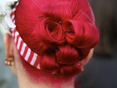 rockabilly-frisuren-grelle-rote-haare-und-haarband