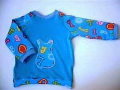 Ein Langarm Shirt für die kühleren Tagen, aus weichen und bequemen Jersey in Türkis, die Ärmel sind auch bunten Jersey mit Buchstaben und Zahlen......